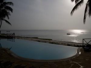 Voor toeirsten lijkt Mombasa nog steeds een paradijs. Achter de zwaar bewaakte hefboom bij het hotel en afgeschermd van naar werkzoekende beachboys op het strand is de toerist bevrijd van het geknetter van de gemotoriseerde riksja's, het gebonk van de matatu's en het geweld van radicalen. Foto's  Fred van Dijk
