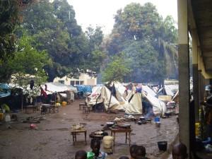 De ontheemden bij de kerk van Bossangoa. Foto's Koert Lindijer