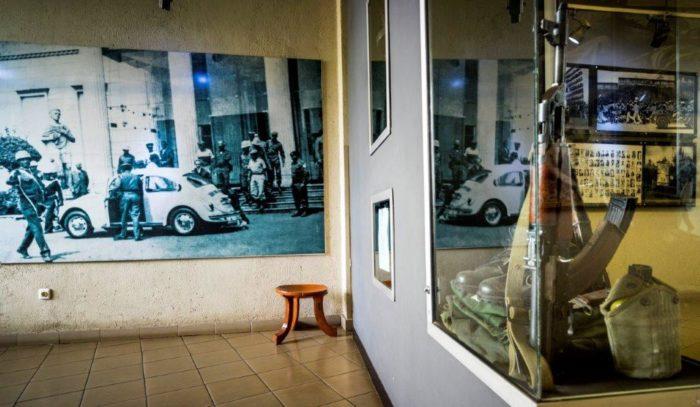 Het einde van een tijdperk. Haile Selassie wordt afgevoerd uit zijn paleis in 1974(Foto Petterik Wiggers)