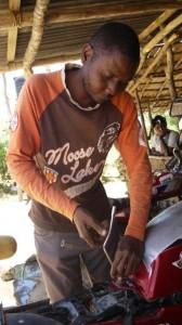 Hamisi Kanona, een brommermonteur in het gehucht Kasemeni. Foto Ilona Eveleens