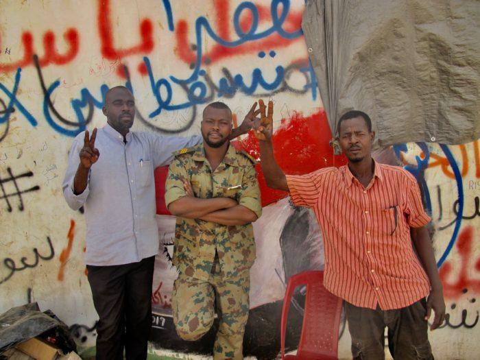 soldaten steunen de volksopstand